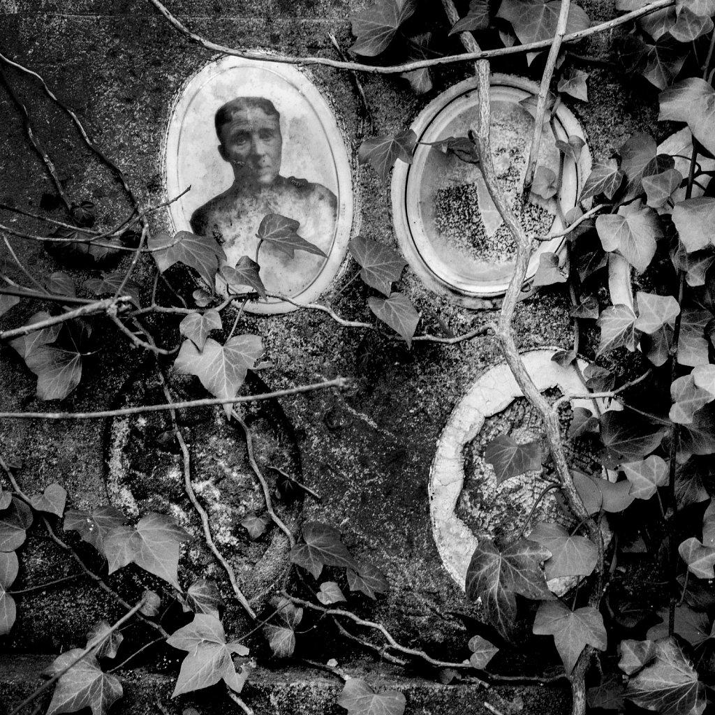 Portraits dans le cimetière. (Bruxelles)