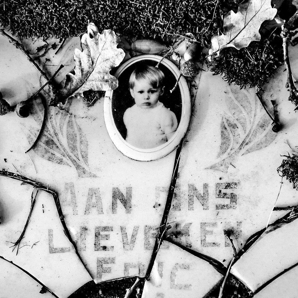 Portrait d'enfant dans le cimetière. (Bruxelles)
