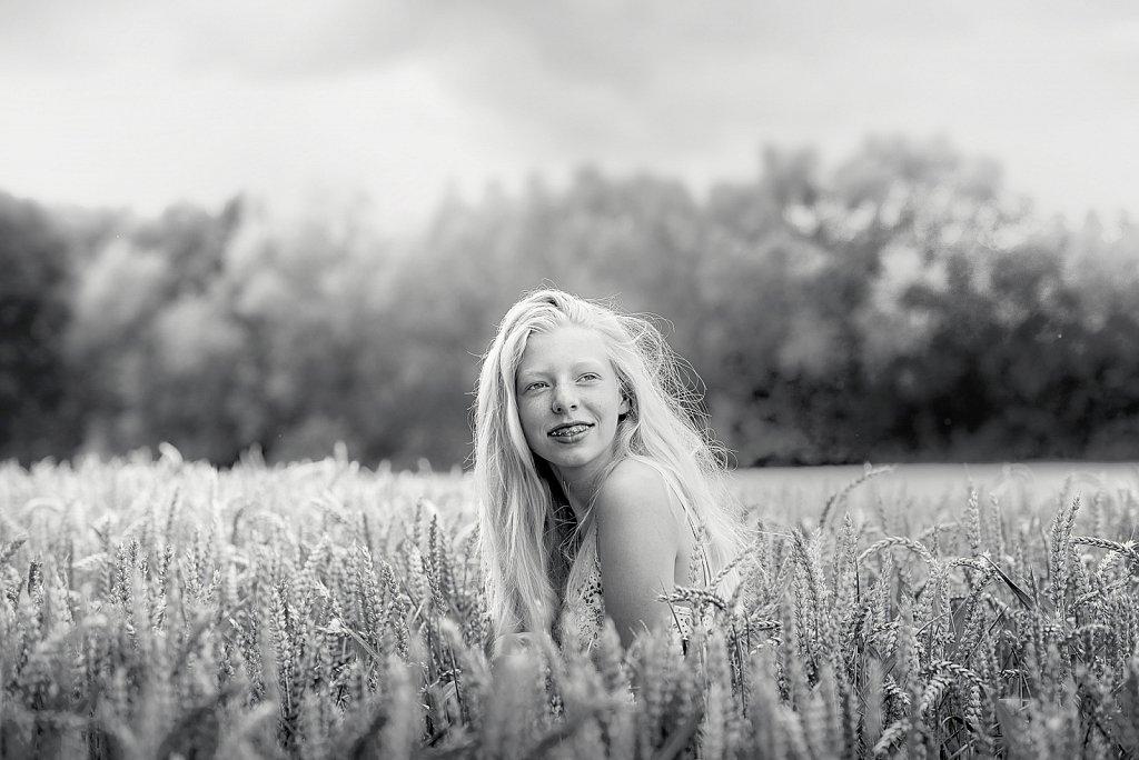 Emilie dans les champs